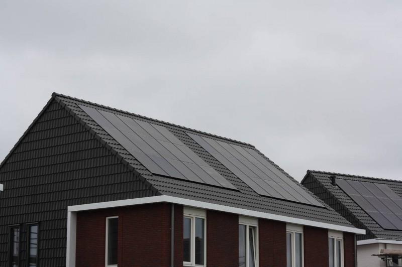 Door een nieuw in-dak-montage-systeem zijn zonnepanelen volledig ...