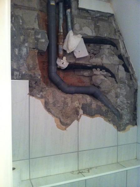 Landelijke Badkamertegels ~   idea 10  In deze muur is lekkage ontstaan bij de knelkoppelingen