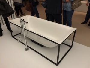 Bad van Bette met stalen frame. Het frame is leverbaar in 7 kleuren, het bad in zwart en wit.