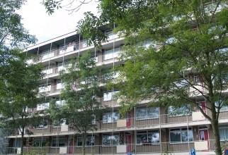 In drie strangen worden zes woningen per week (boven elkaar) voorzien van nieuwe CV, afvoer, ventilatie, afzuigkappen, beglazing en voordeuren.
