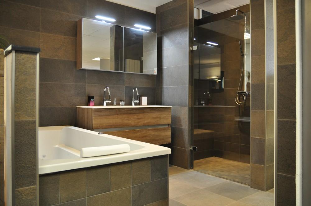 Behoudend vernieuwen - Bruine en beige badkamer ...
