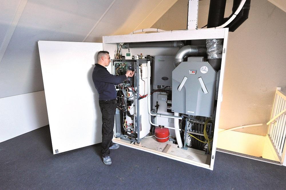 """Ronald Hennekeij van Homij: """"Alle installaties, op de zonnepanelen en de buitenunit van de warmtepomp na, zitten in de installatiekast: de 5 kW-lucht-waterwarmtepomp (verwarming/tapwaterbereiding), gebalanceerd ventilatiesysteem (D) en zon-PV-installatie/omvormer met een vermogen van 5750 Wp."""
