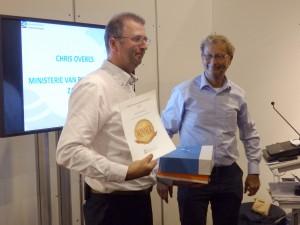 Uitreiking van de award aan Chris Overes door Dick Westgeest