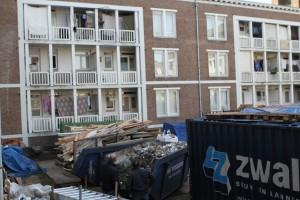 Elke twee weken aanvoer van materialen, en afvoer sloopafval: 55 m3 afval.
