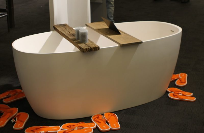 ... dit jaar met een nieuwe serie badkameraccessoires van massief eiken
