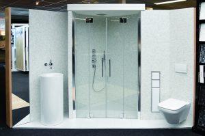 De met glasmozaïek betegelde badkamer heeft een Ideal Standard-toilet en een grote staande Alape-waskom met Zucchetti-inbouwkraan.
